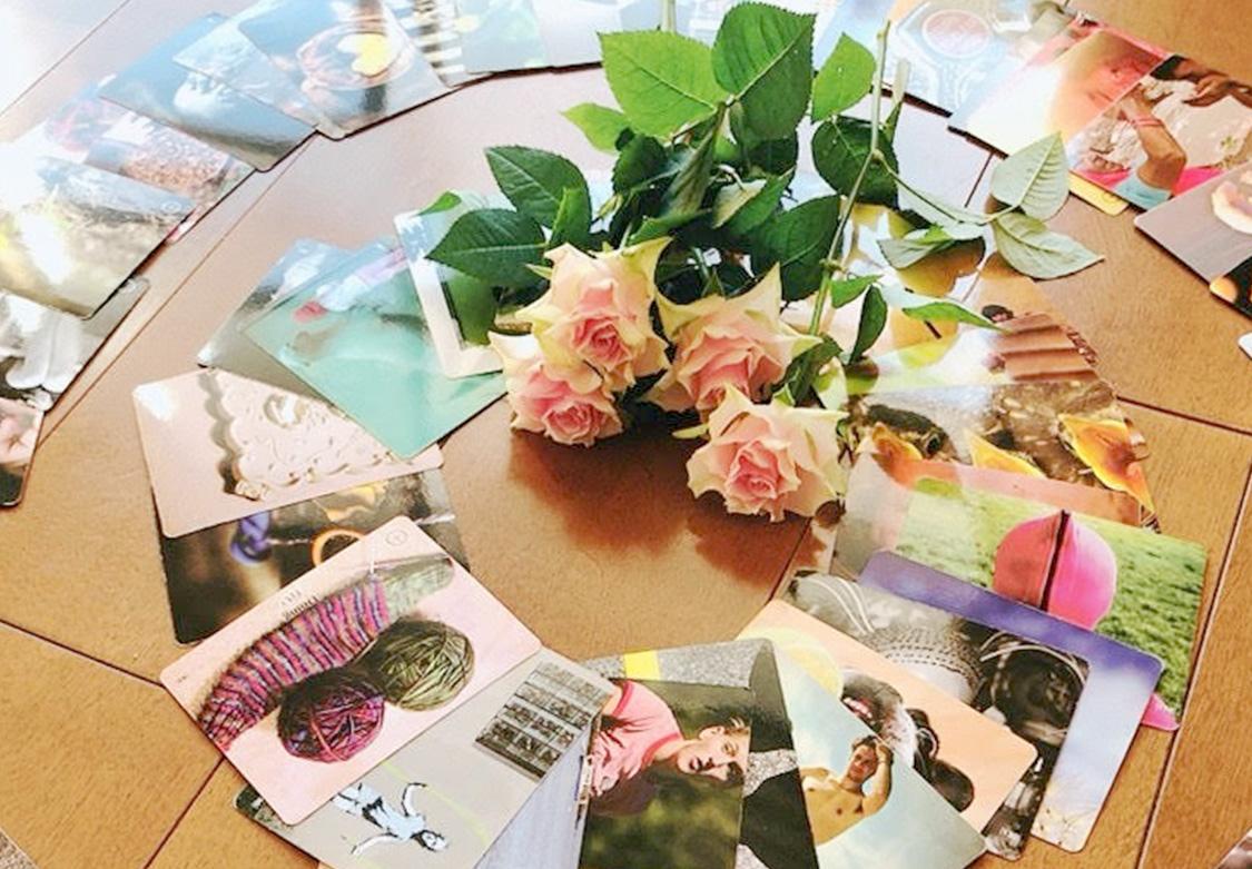 占いのための写真と花が並べられた画像
